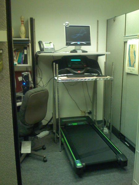 By Joe Hoover (Flickr: Treadmill workstation) via Wikimedia Commons